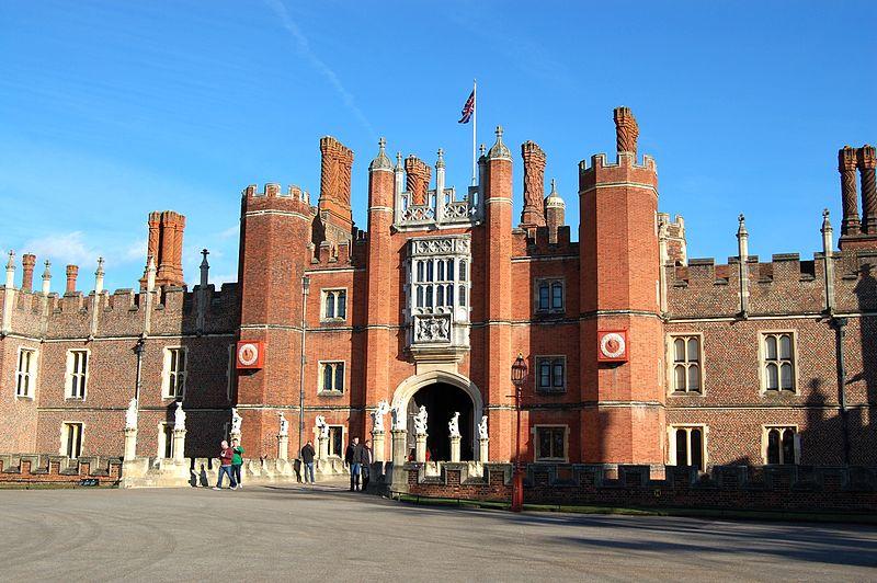 Schwedische Eskorte Hampton Court